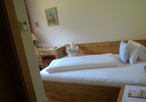 Single room, shower, toilet, modern conveniences